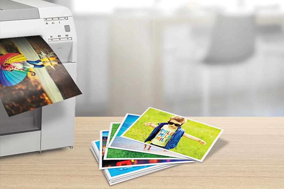 Impresora minilab inkjet dry lab de 245gm imprimiendo fotografías en papel satin - Photoline - Kronaline