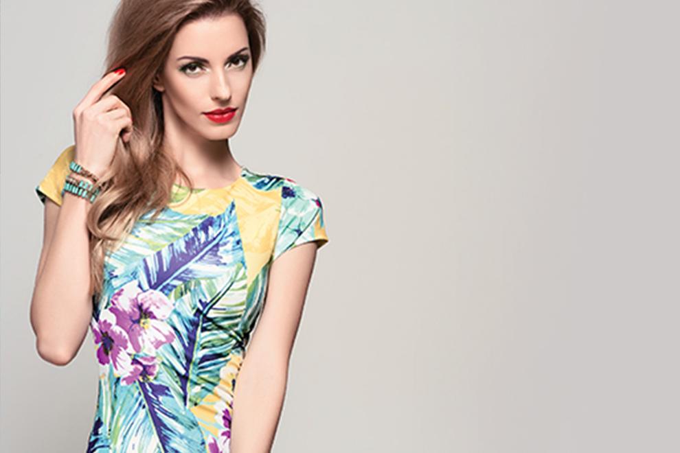 Mujer utilizando blusa tropical sublimada en secado rápido - Sublimaline - Kronaline